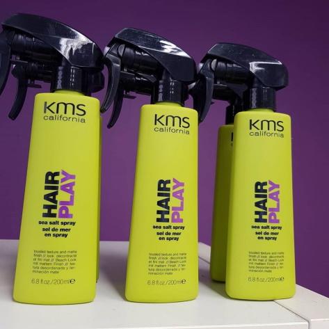 Skapa en beach-look och framhäv naturliga vågor, ger en matt finish med KMS Hair Play.